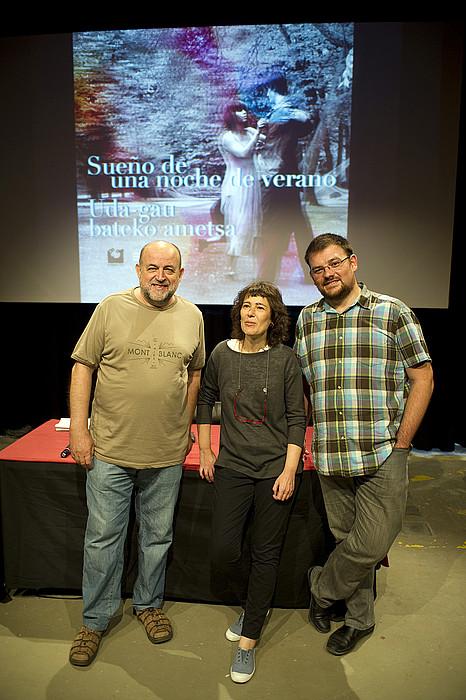 Juan Garzia itzultzailea, Arantzazu Royo (EIZIE) eta Xabier Paya (Donostia 2016), atzoko aurkezpenean. ©JUAN CARLOS RUIZ / ARGAZKI PRESS