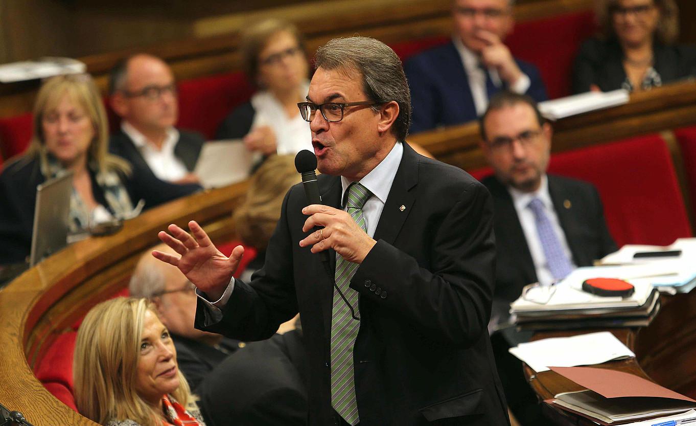 Artur Mas presidentea, atzo, Kataluniako Parlamentuko kontrol saioan, galdeketaren batzordeari buruzko bozketa egin baino lehen hitza hartu zuenean. ©T. ALBIR / EFE