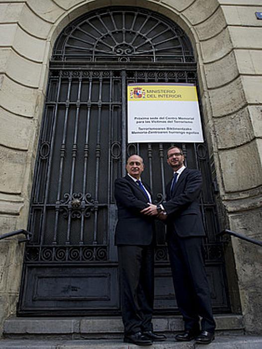 Fernandez Diaz eta Maroto, atzo, Memoriala jasoko duen egoitzan. ©R. BOGAJO / ARP