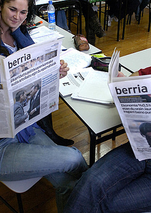 Euskaltegi bateko ikasleak, BERRIA irakurtzen. Artxiboko irudia. ©IMANOL OTEGI / ARP