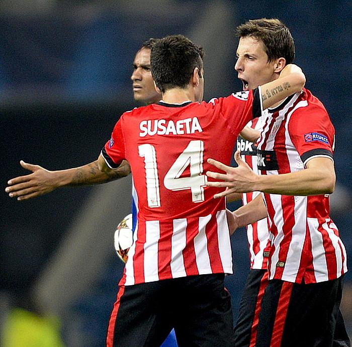 Markel Susaeta eta Guillermo Fernandez, elkar besarkatuta, aurrelariak sartutako gola ospatzen. ©FERNANDO VELUDO / EFE