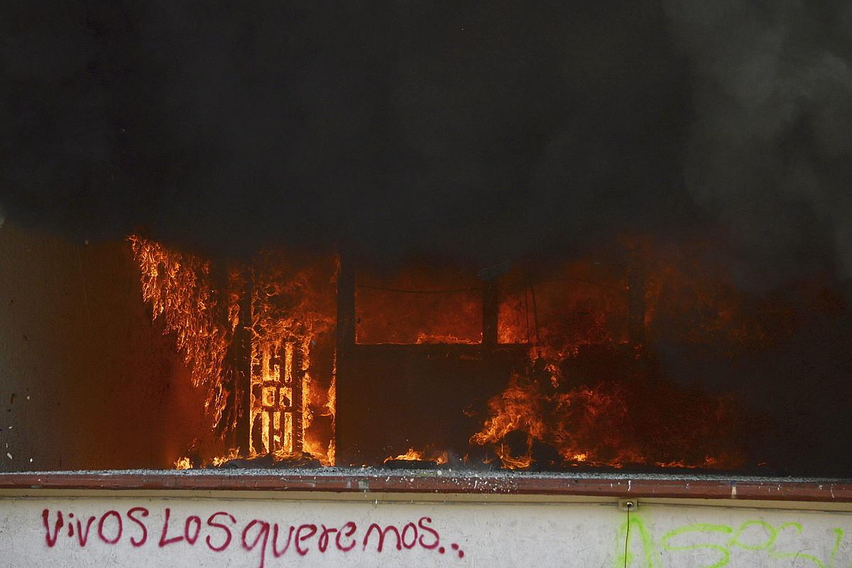 Igualako udaletxeari su eman diote manifestariek. ©LENIN OCAMPO TORRES / EFE
