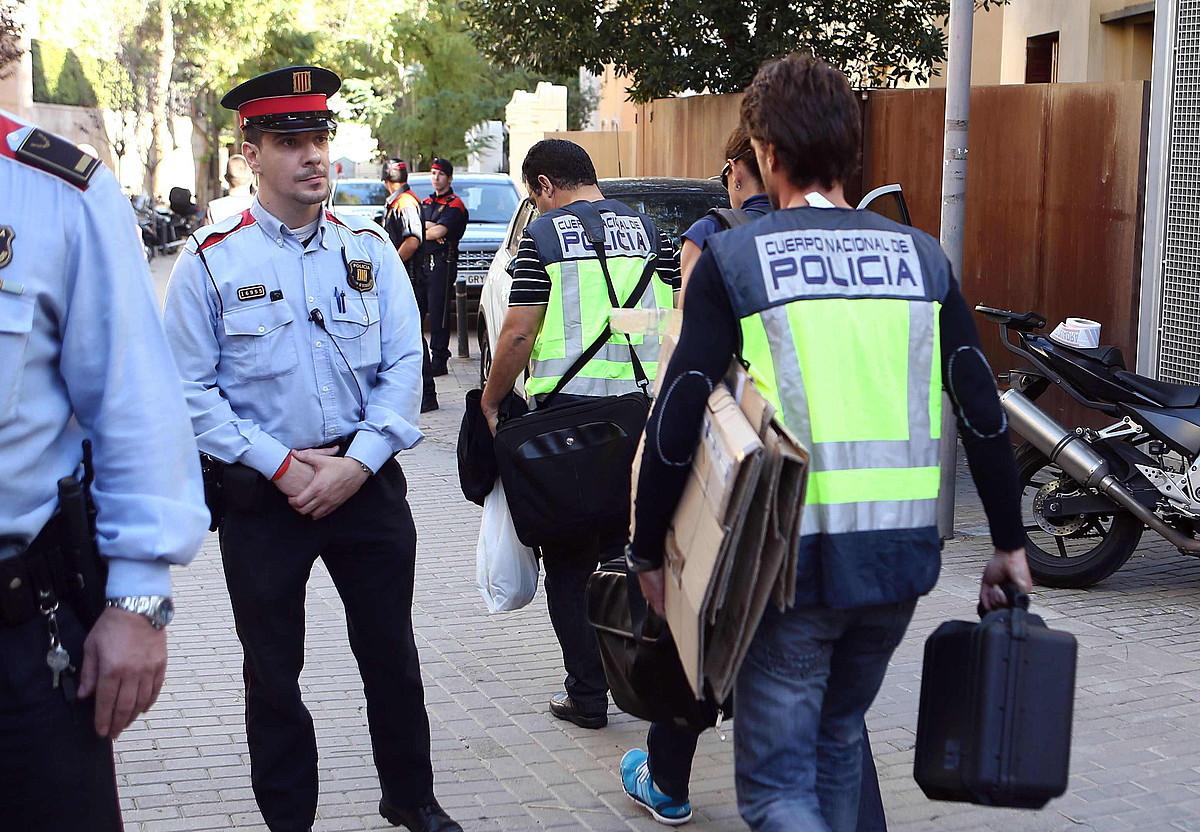 Espainiako Poliziak zortzi orduz miatu zuen atzo Oleguer Pujolen etxea. Lau kaxa eta bi ordenagailu atzeman zizkion. ©T.G. / EFE