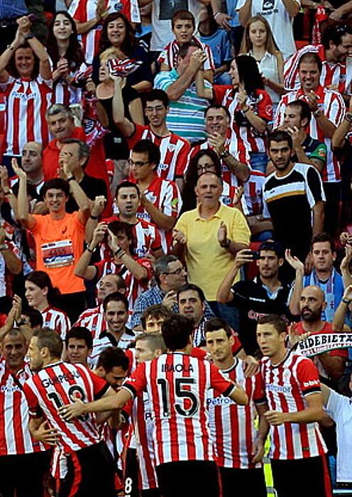 Athleticeko jokalariak, Celtari sartutako gola ospatzen. ©LUIS TEJIDO / EFE