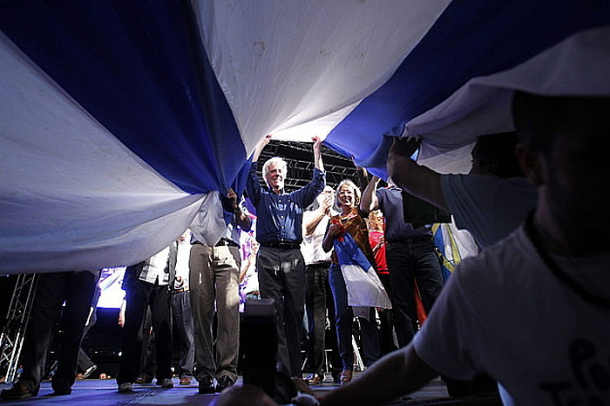 Tabare Vazquez Frente Amplioko hautagaia Uruguaiko bandera altxatzen, kanpaina bukaerako ekitaldian. ©IVAN FRANCO / EFE
