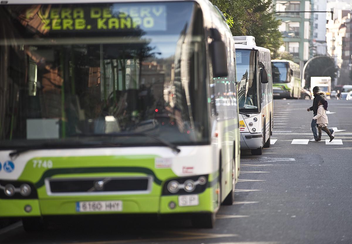 Bizkaibuseko autobus bat, Bilboko kaleetan, zerbitzutik kanpo, iaz egindako greba mugagabean. ©JON HERNAEZ / ARGAZKI PRESS