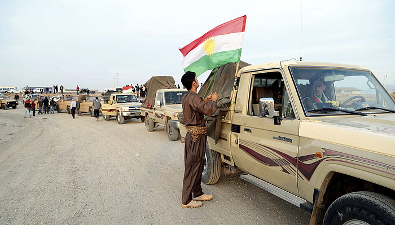 Iraken barneko Kurdistango Eskualde Autonomoko pexmergen konboia, atzo, Turkiaren menpeko Kurdistanera sartu berritan. ©STR / EFE