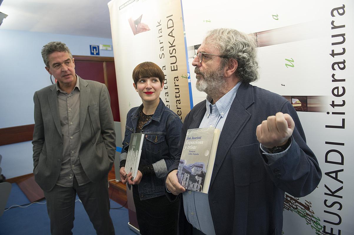 Joxean Muñoz, Maite Gurrutxaga eta Jon Juaristi, atzo, Donostian eginiko agerraldian. ©JON URBE / ARGAZKI PRESS
