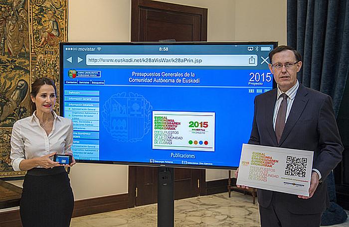 Tejeria Eusko Legebiltzarreko presidentea, Gatzagaetxebarria sailburuak emandako aurrekontuekin. ©JUANAN RUIZ / ARGAZKI PRESS