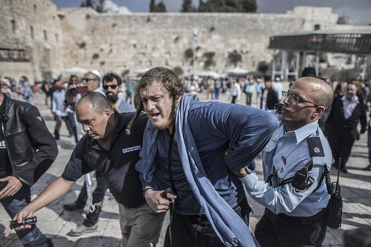 Israelgo Polizia, eskuin muturreko juduak atxilotzen, Al-Aqsako eremura baimenik gabe sartzen ahalegintzeagatik. ©OLIVER WEIKEN / EFE