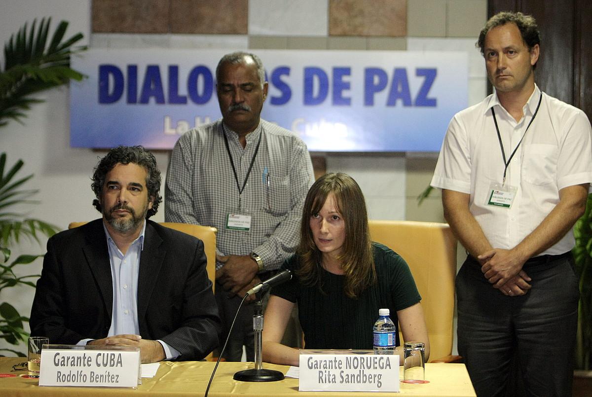 Rodolfo Benitez Kubako diplomazialariak eta Rita Sandberg Norvegiakoak eman zuten akordioaren berri. ©ERNESTO MASTRASCUSA / EFE