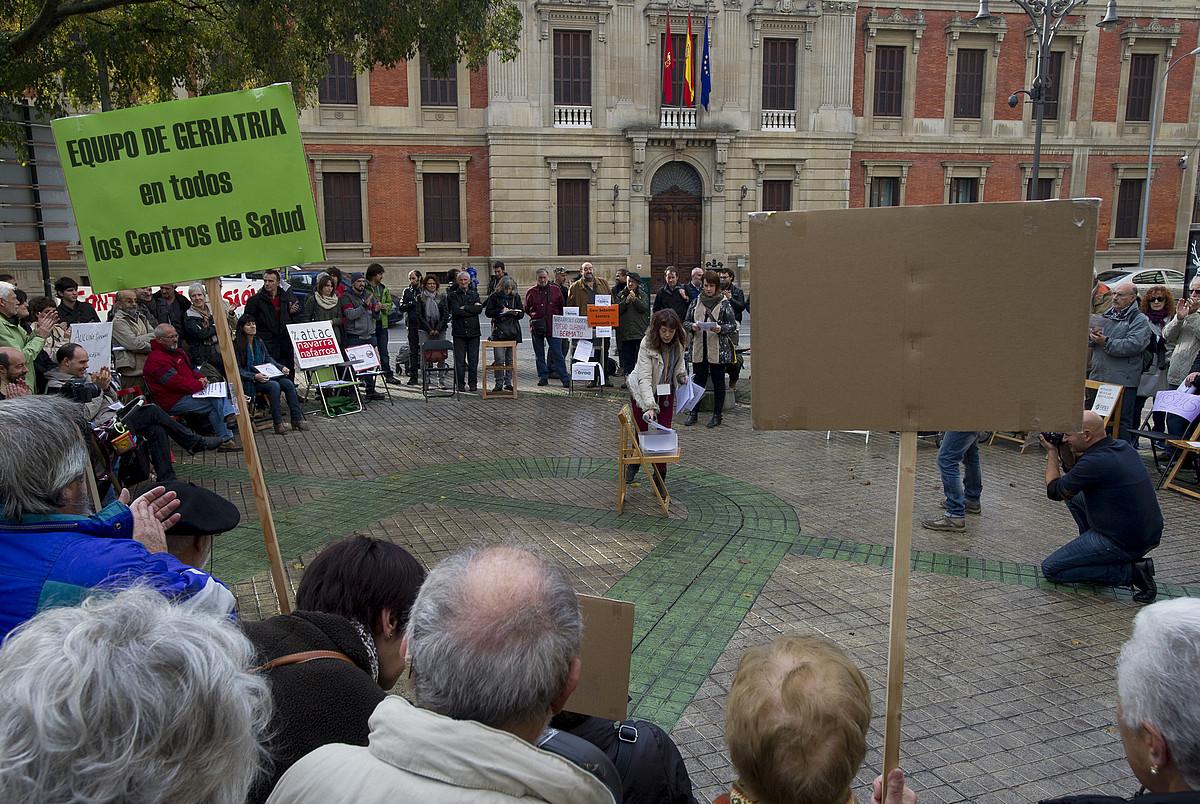 Ia berrogei elkartetako ordezkariek parte hartu zuten atzo Nafarroako parlamentu soziala osatzeko ekitaldian. ©IÑIGO URIZ / ARGAZKI PRESS