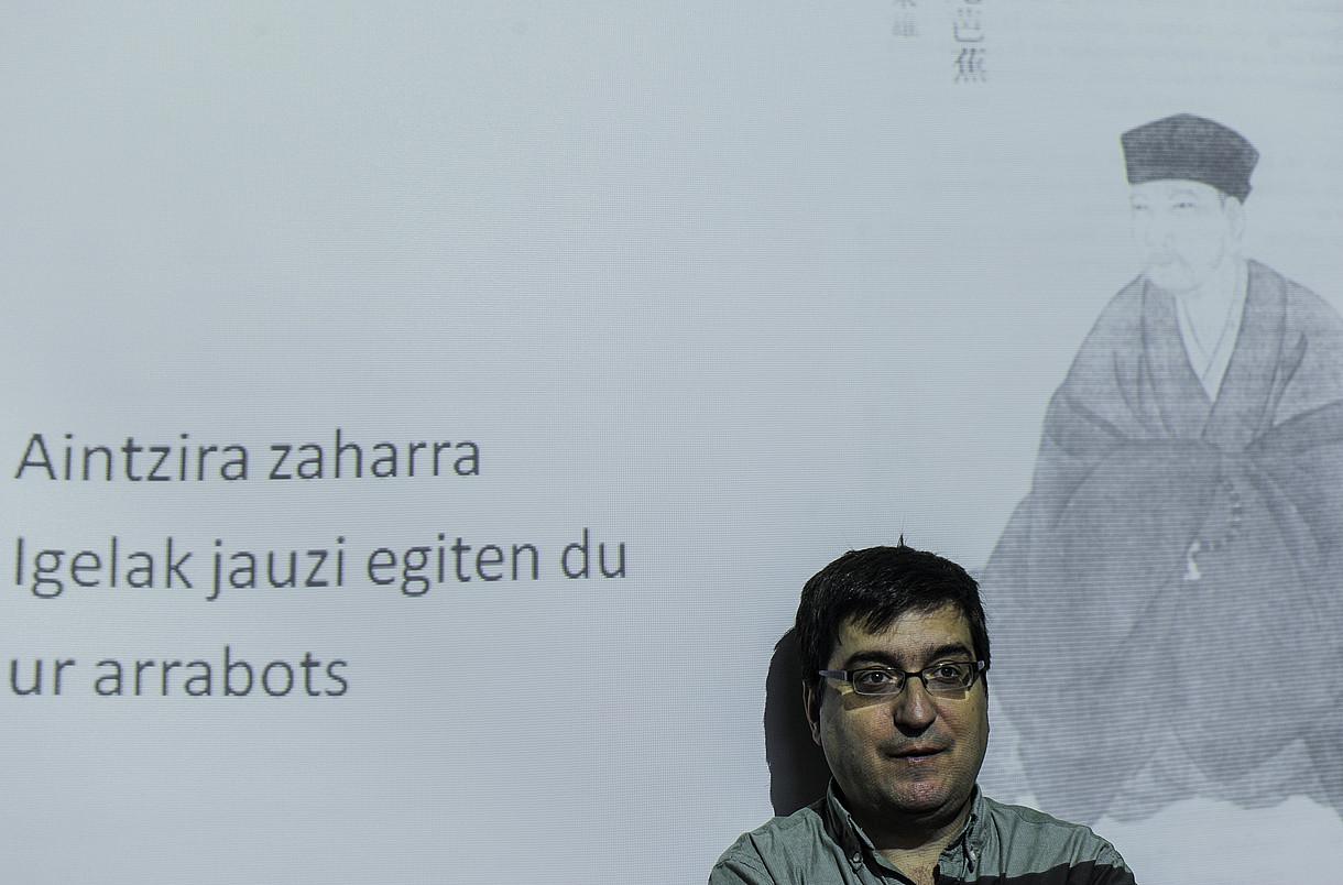 Sortuko Asier Arraiz, hondoan, eta Ahal Dugu-ko Roberto Uriarte, ekainean eginiko bilera batean. ©LUIS TEJIDO / EFE