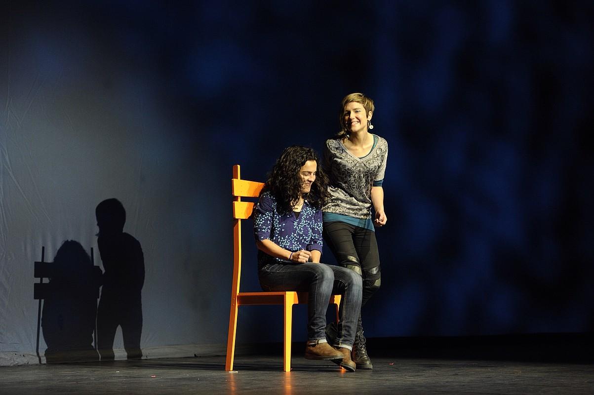 Maialen Lujanbio eta Alaia Martin aulki jokoan, Bertso Eguneko saio nagusiaren amaieran. ©JON URBE / ARGAZKI PRESS