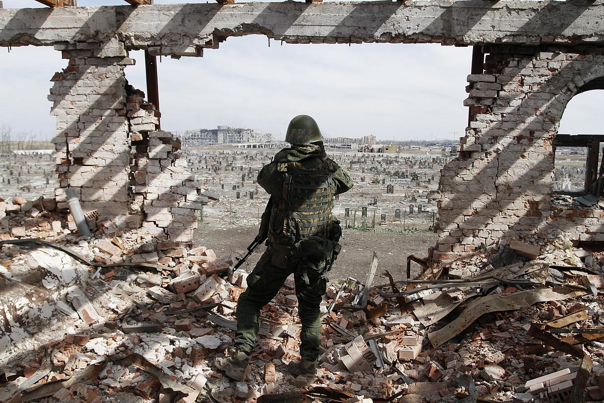 Vostok brigadako miliziano bat, zaintza lanetan Donetskeko aireportuan.