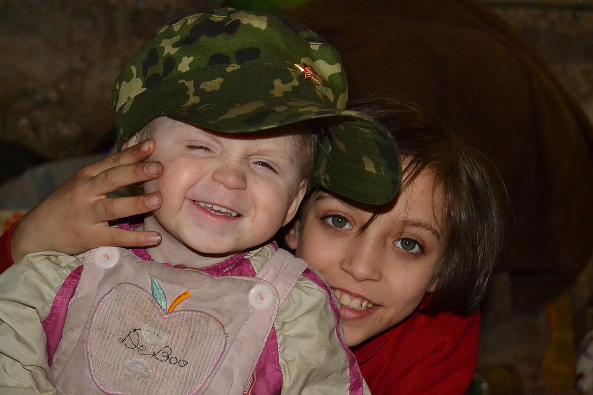 Haurrak dira Volonov familia bizi den soto umel eta tristeari alaitasun apur bat ematen diotenak, Donetskeko Petrovski auzoan.