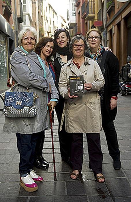 Etxerat elkarteko ordezkariak Etxeberria, Olano eta Tapiarekin, atzo, Loiolako basilikan. ©JON URBE / ARGAZKI PRESS