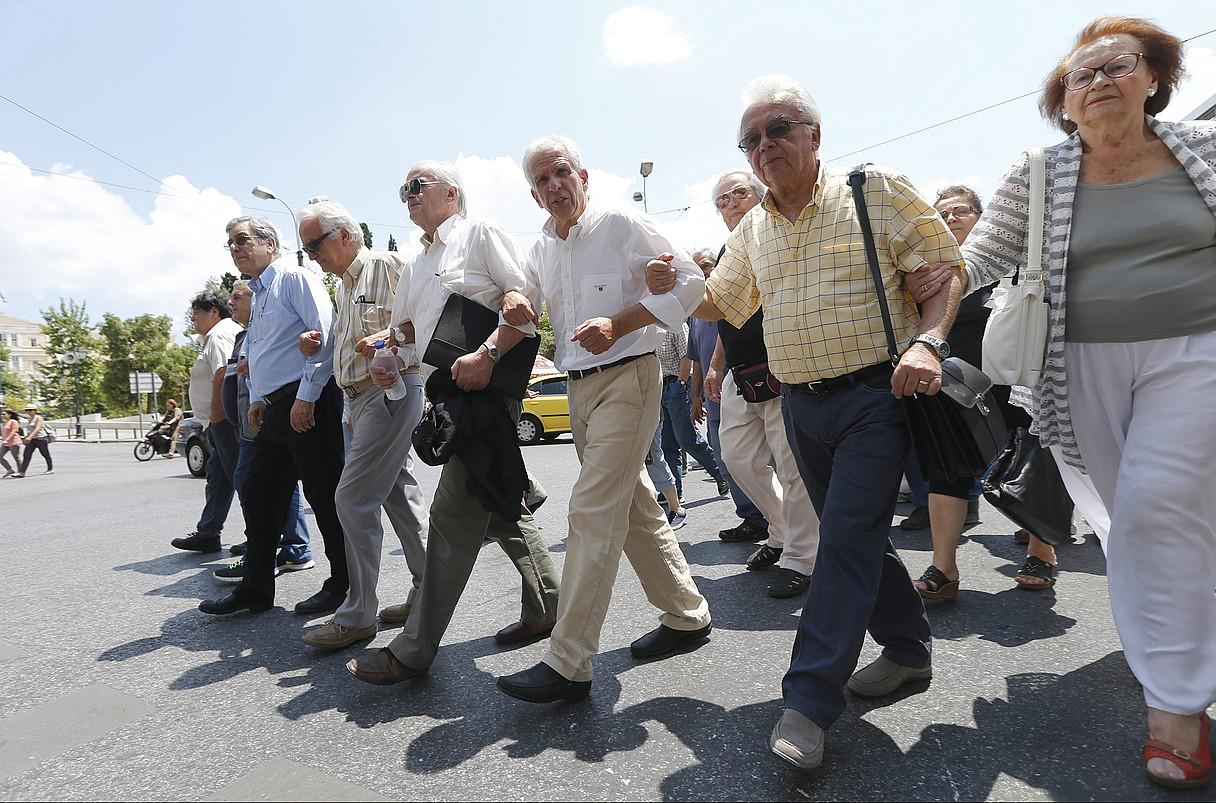 Ehunka herritar elkartu ziren Bilboko kaleetan atzo arratsaldean eginiko manifestazioan. ©RAUL BOGAJO / ARGAZKI PRESS