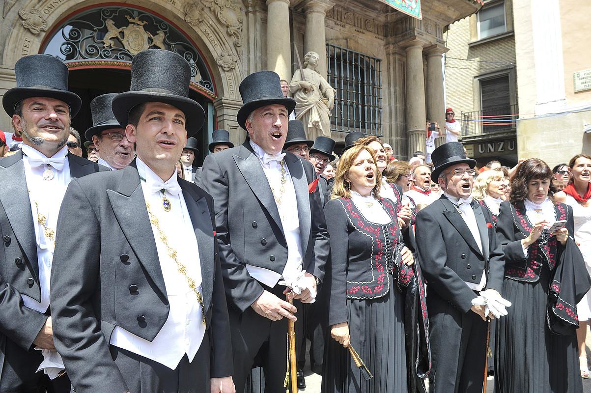 Mehatxuak egin zituen gizonaren etxe atari ingurua hesitu zuten ertzainek, jendea ez sartzeko. ©JUANAN RUIZ / ARGAZKI PRESS