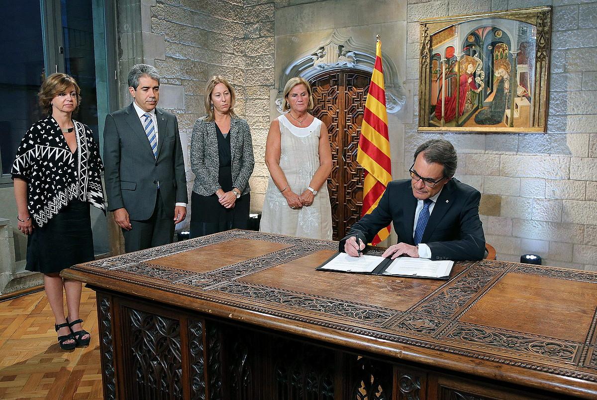 Nafarroako PPren buruzagiak Javier Maroto Sektore Politiketako idazkariarekin, Iruñeko garbitegi batean, atzo. ©V. L. / EFE