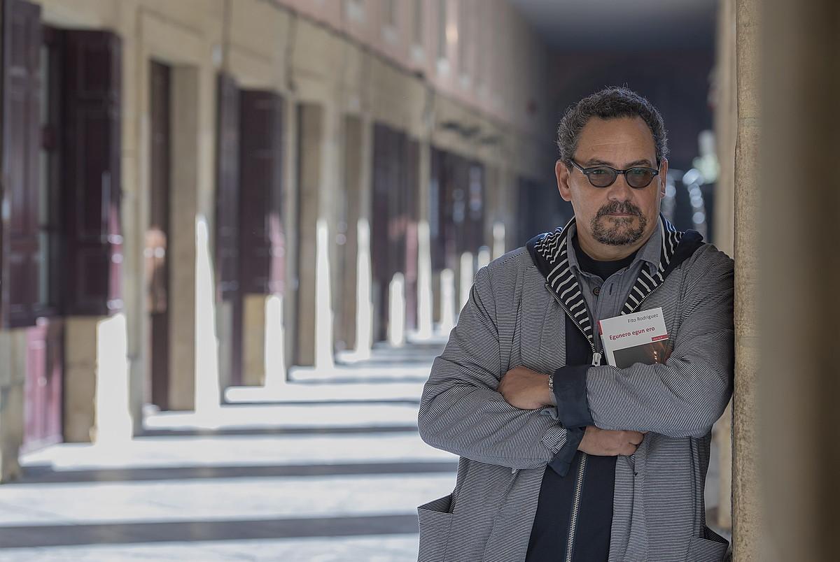 Fito Rodriguez atzo Donostian, liburua eskuetan duela. ©ANDONI CANELLADA / ARGAZKI PRESS