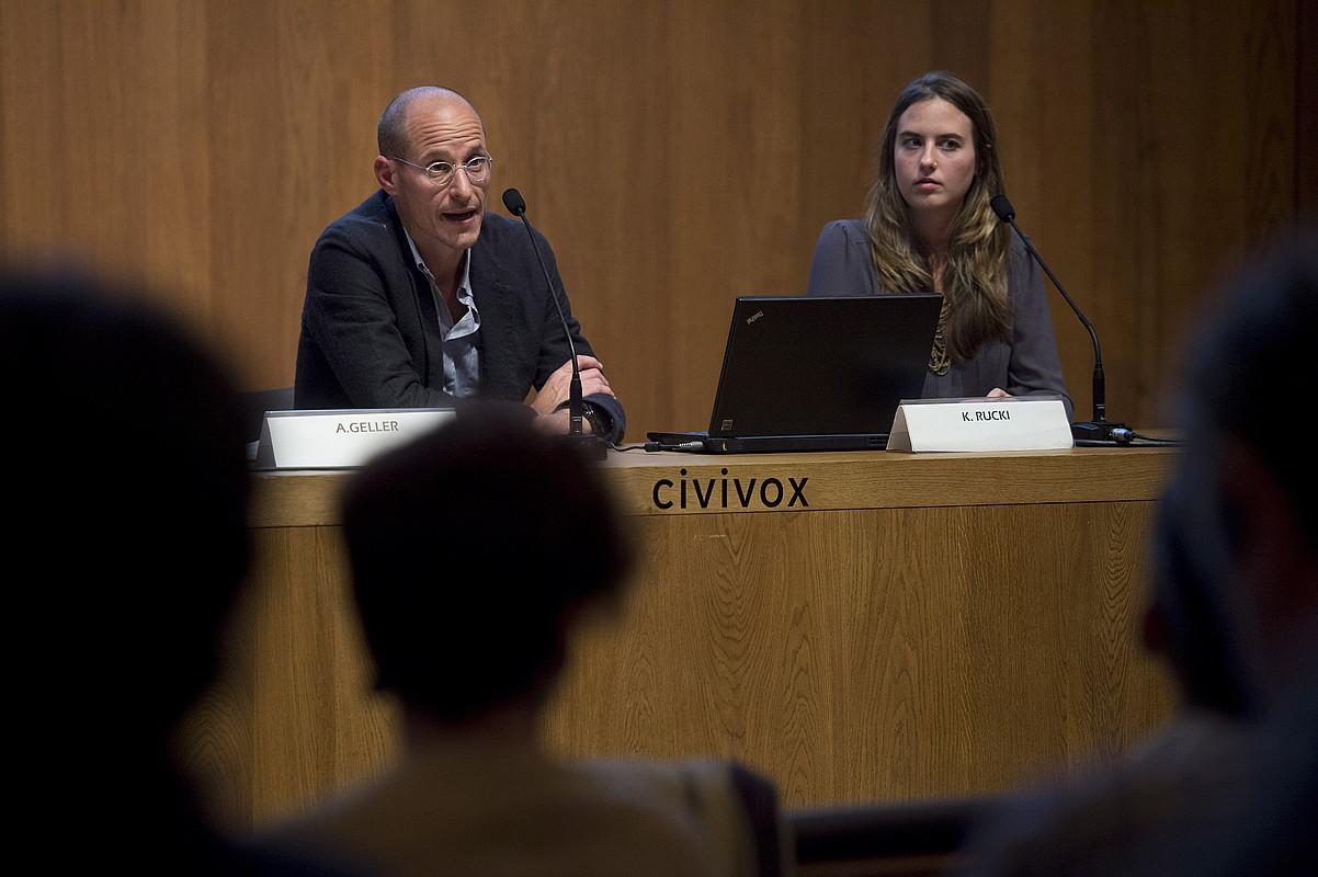 Armando Geller eta Kristen Rucki, Iruñean atzo eginiko hitzaldian. / IÑIGO URIZ / ARGAZKI PRESS