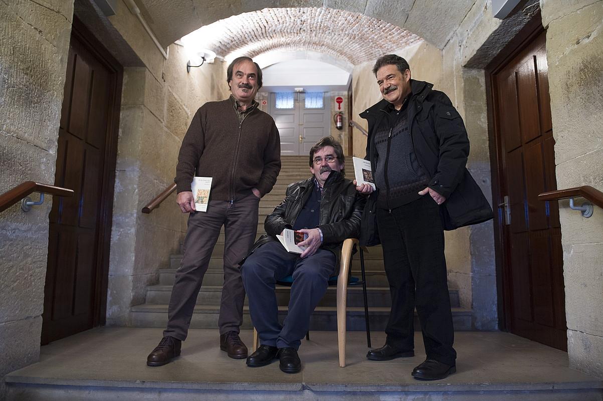 Joseba Urteaga, Ramon Etxezarreta eta Xabier Olarra, liburuak aurkezten, Donostian. ©JUAN CARLOS RUIZ / ARGAZKI PRESS