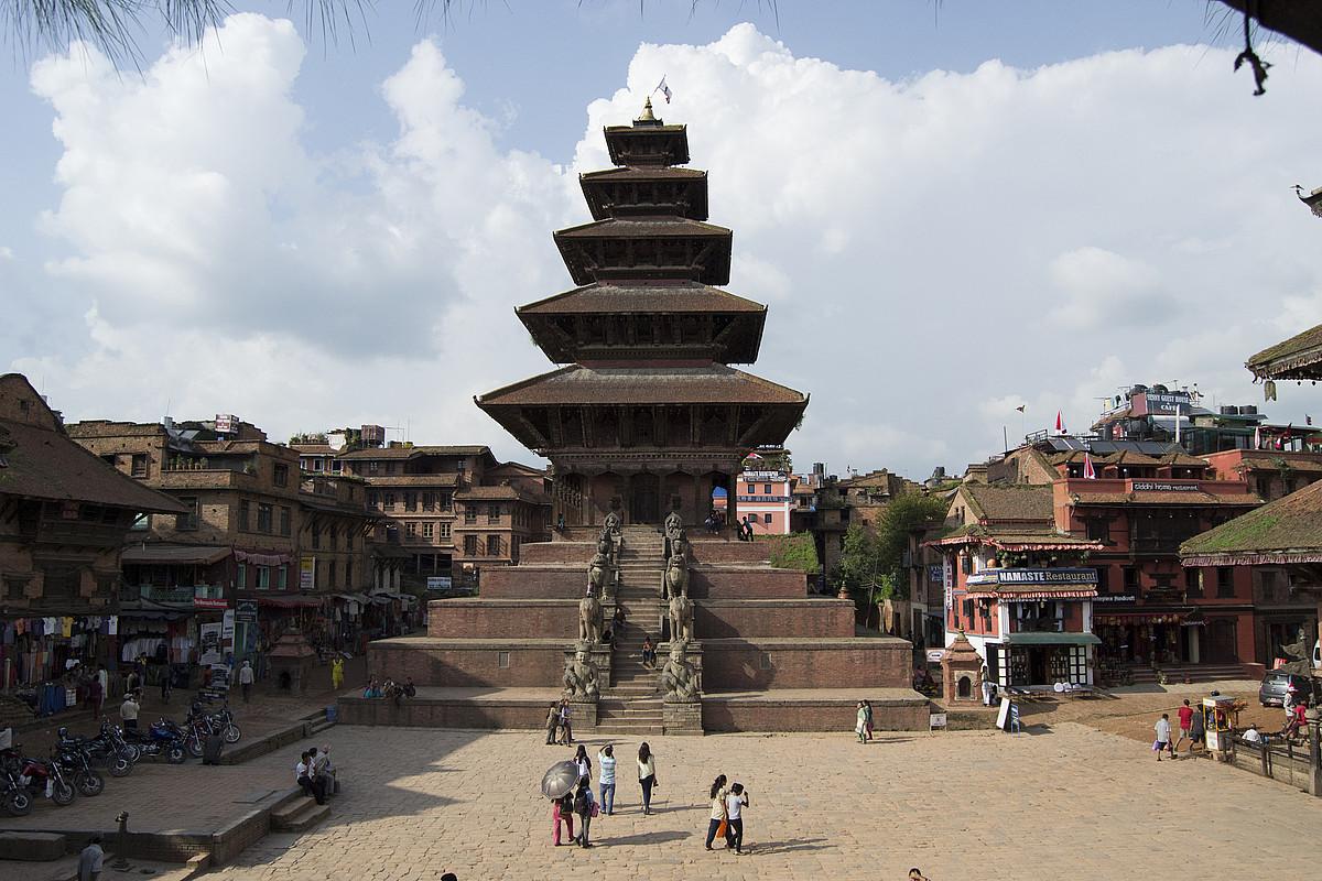 Bhaktapurreko Taumadhi plazaren ikuspegi orokorra, Nyatapola tenplua erdian dela. / JON HAITZ LEGARRETA