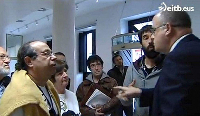 Iñigo Cabacasen gurasoak Joseba Egibarrekin. Bideo horrengatik editore bat kargugabetu zutela salatu du LABek.