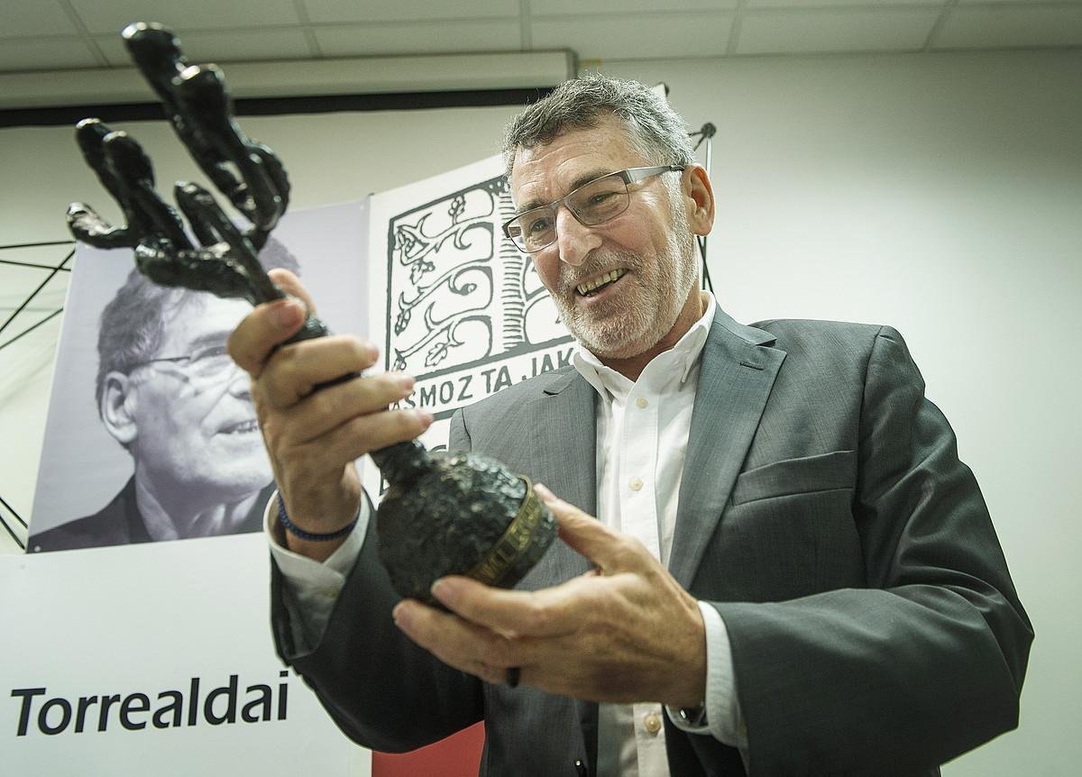 Joan Mari Torrealdai, atzo, Manuel Lekuona sariarekin ematen duten eskultura esku artean hartuta; Remigio Mendibururen artelan bat da.