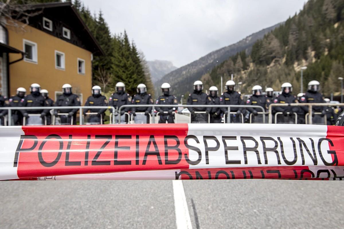 Austriako Polizia hegoaldeko mugan, Brennerren, Hego Tirolen. Protestak izan dira azken asteetan pasabide horretan. / JAN HETFLEISCH /EFE