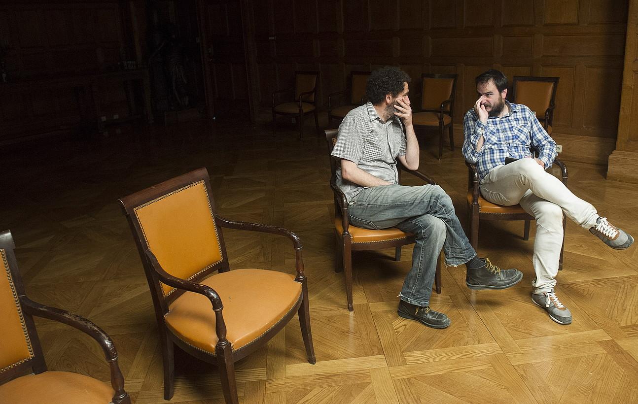 Jon Garaño eta Aitor Arregi, joan den asteartean, Donostiako Miramar jauregian, filmatze lanetan. ©J. MANTEROLA / ARP