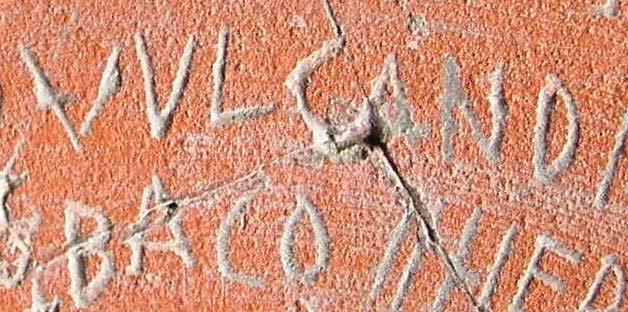 Iruña-Veleiako aztarnategian aurkitutako kareharrizko aldarea.
