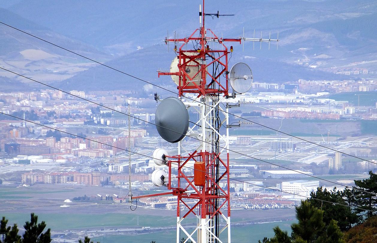 Erreniega mendiko telebista antena. Handik jaso izan dute Iruñerrian ETBren seinalea.