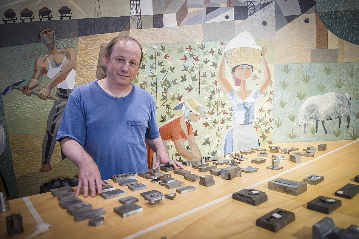 Ibon Aranberri, atzo, Eibarko Armagintzaren Museoan bildutako piezetako batzuekin. ©GORKA RUBIO / ARGAZKI PRESS