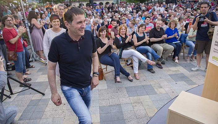 Juan Manuel Santos presidenteak kongresuko presidenteari eman zion atzo bake itunaren testua. ©MAURICIO DUEÑAS CASTAÑEDA / EFE