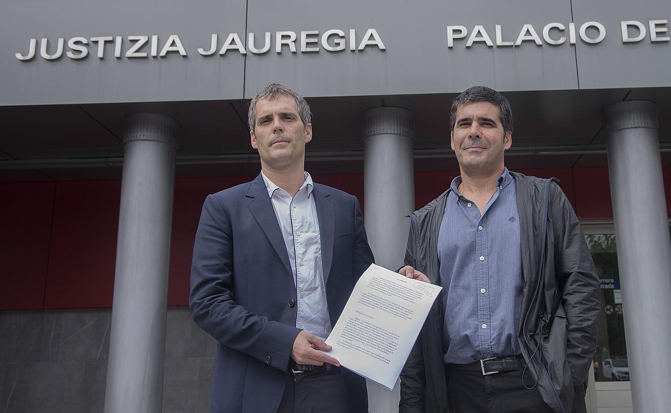 Azpeitiko alkate Eneko Etxeberria eta Otaegi familiaren abokatu Mikel Elortza, atzo, Azpeitian.