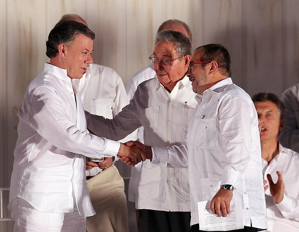 Juan Manuel Santos, Raul Castro eta Timochenko, Cartagenan, Bake Ituna sinatu ostean, irailaren 26an. ©M. DUEÑAS / EFE