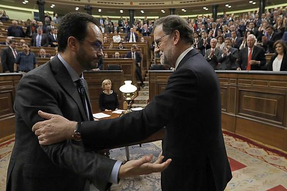 PSOEko bozeramaile Antonio Hernando eta Mariano Rajoy, PPko burua Espainiako presidente egindako bozketaren ondoren. ©JUAN CARLOS HIDALGO / EFE