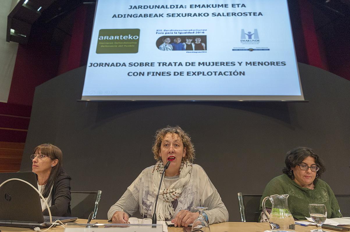 Carmen Meneses, Lucia Martinez Odriozola EHUko Kazetaritza irakaslea eta Montserrat Sanchez.