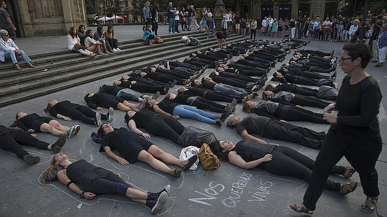 Women in Black taldeak Donostian egindako performance bat, artxiboko irudi batean. ©A. CANELLADA / ARP