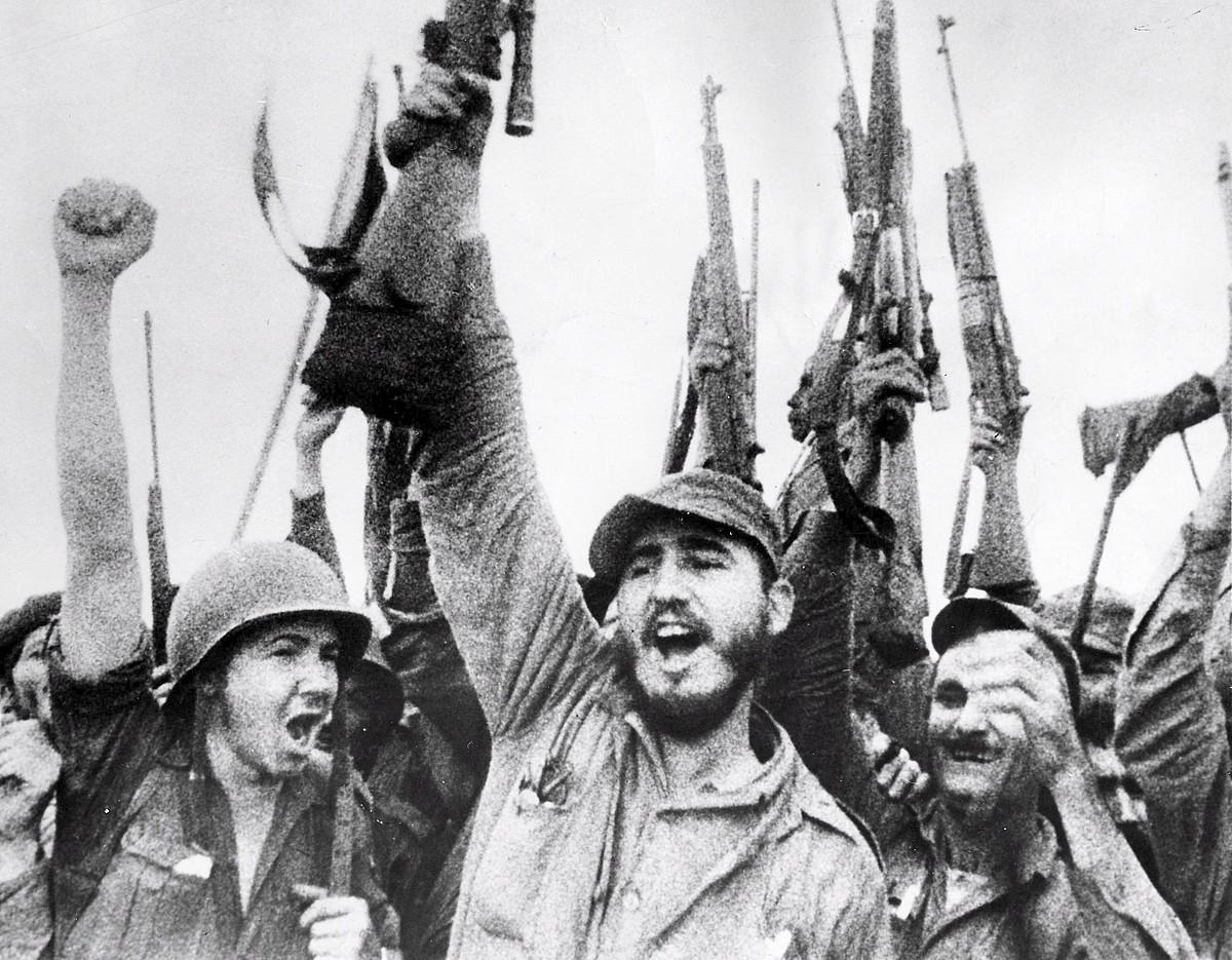 <b>Iraultzaren garaipena. </b>Fidel Castro, fusil batekin. Bere eskuinean Raul anaia, iraultzaren garaipena ospatzen, 1959ko urtarrilean. / STR / EFE