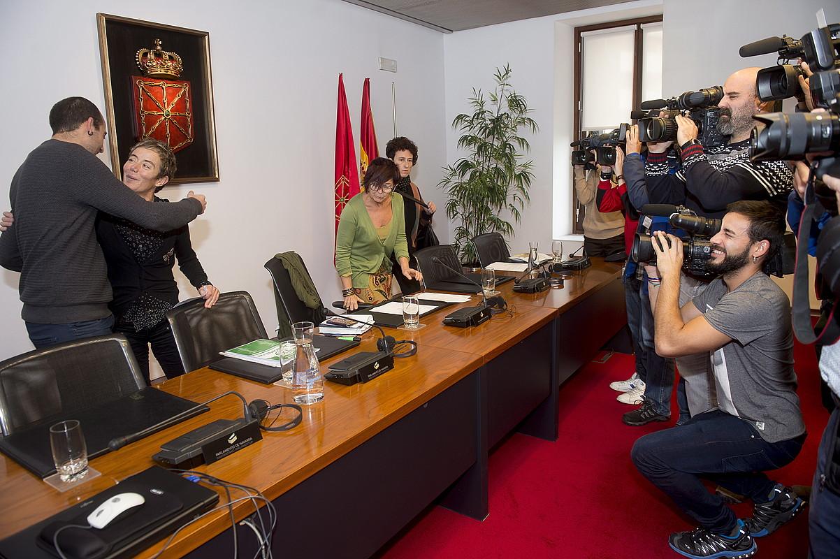 Leoz (Altsasuarra eta Harro), Pozueta (gurasoa), Saez (Ahal Dugu) eta Amilibia (gurasoa), atzo, parlamentuan. ©I. URIZ / ARP