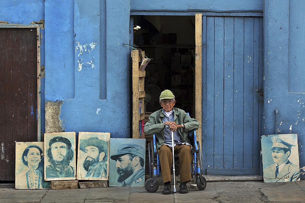 Kubatar bat iraultzako buruzagien erretratuak saltzen, Habanan. / ALEJANDRO ERNESTO / EFE