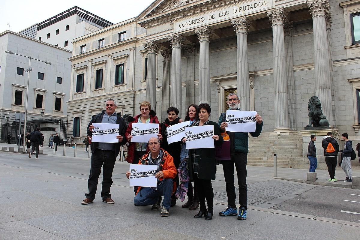 Altsasuko gazteen senideak, atzo, Espainiako Kongresuaren atarian. ©BERRIA