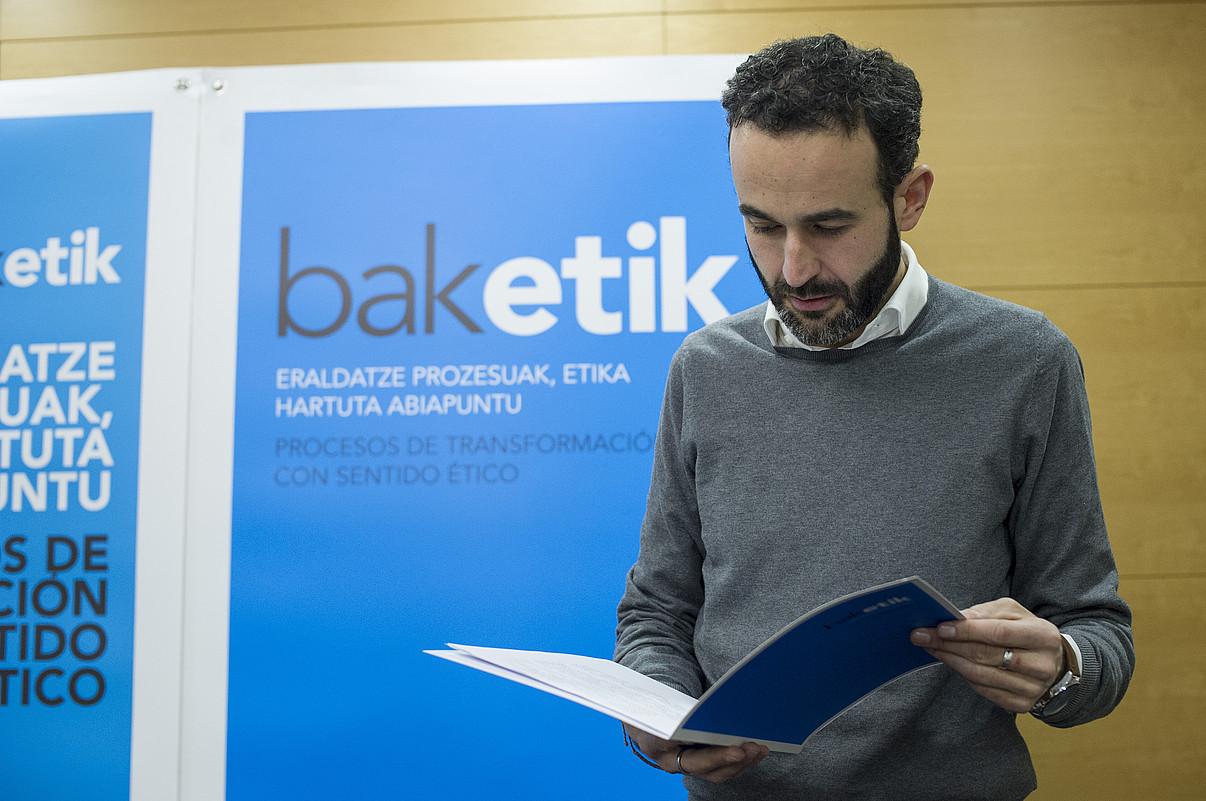Baketik-eko kide Iker Uson Donostian, iazko otsailean, �bizikidetza kultura berriari� buruzko agiria aurkezten. ©J. URBE / ARP