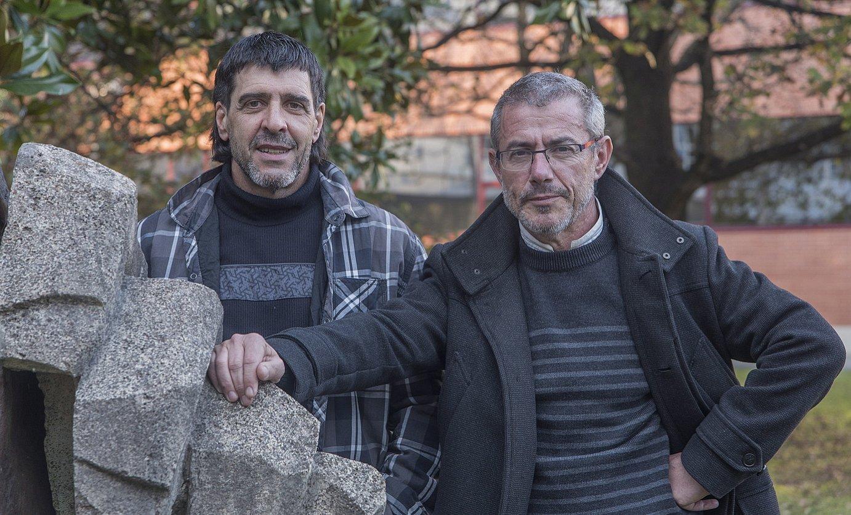Harrera laguntza elkarteko kide Jon Ugarte eta Karlos Ioldi, aurreko astean, Andoainen. ©ANDONI CANELLADA / ARGAZKI PRESS