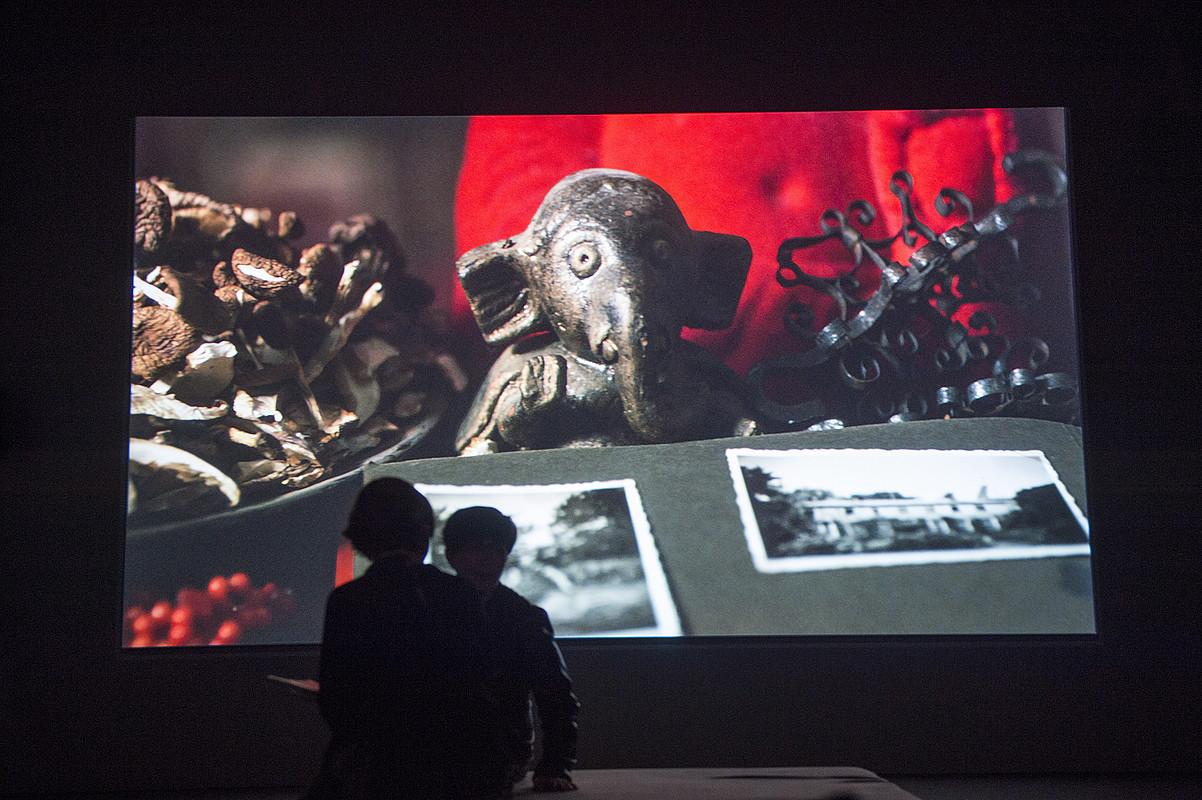 Bi pertsona Fiona Tan artistaren <em>Disorient</em> pieza ikusten Bilboko Guggenheim museoan. &copy;MONIKA DEL VALLE / ARGAZKI PRESS