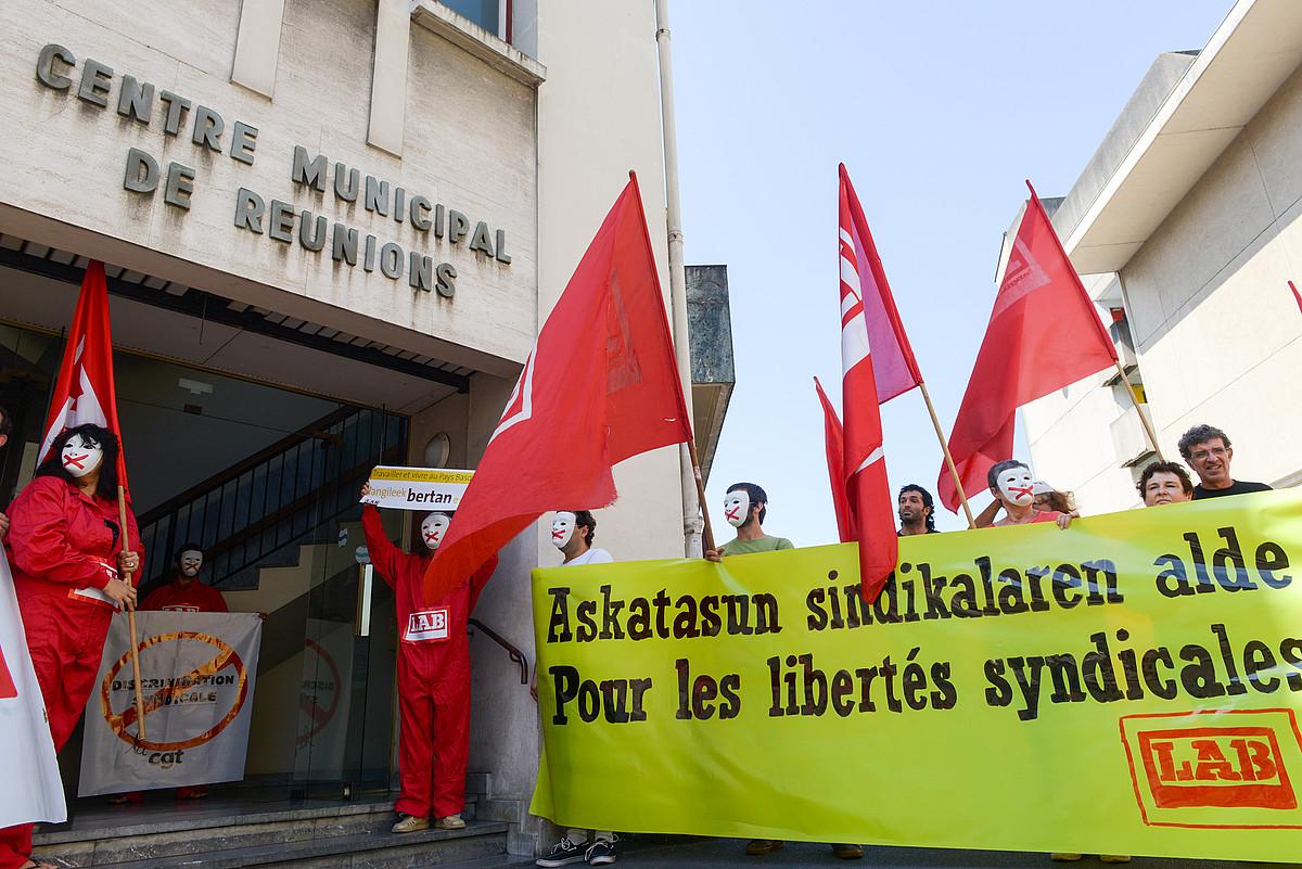 Irailean, LABeko kideek <em>ongi etorria</em> egin zioten Baionan Parisko CGTren delegazio bati, �askatasun sindikala aldarrikatzeko�. &copy;ISABELLE MIQUELESTORENA