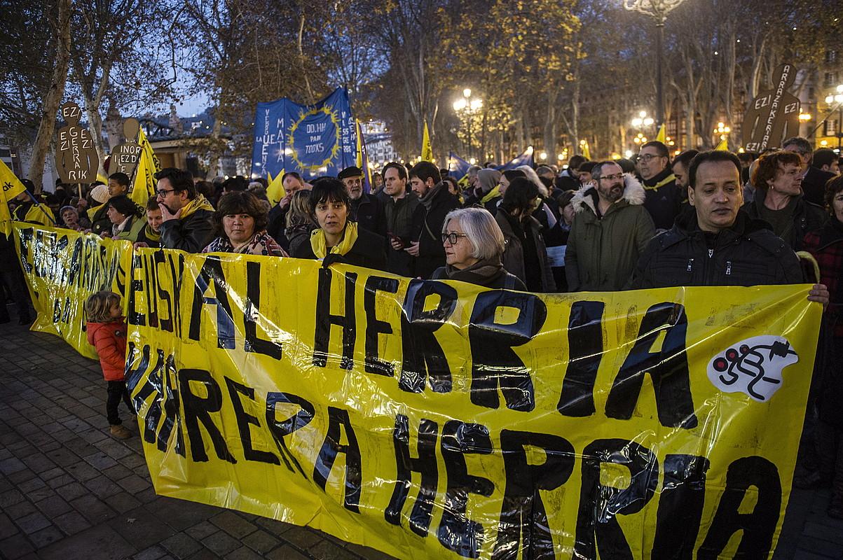 Begoña Huarteren eta Mikel Zuloagaren aldeko elkarretaratzea, atzo, Bilbon. ©MARISOL RAMIREZ / ARGAZKI PRESS